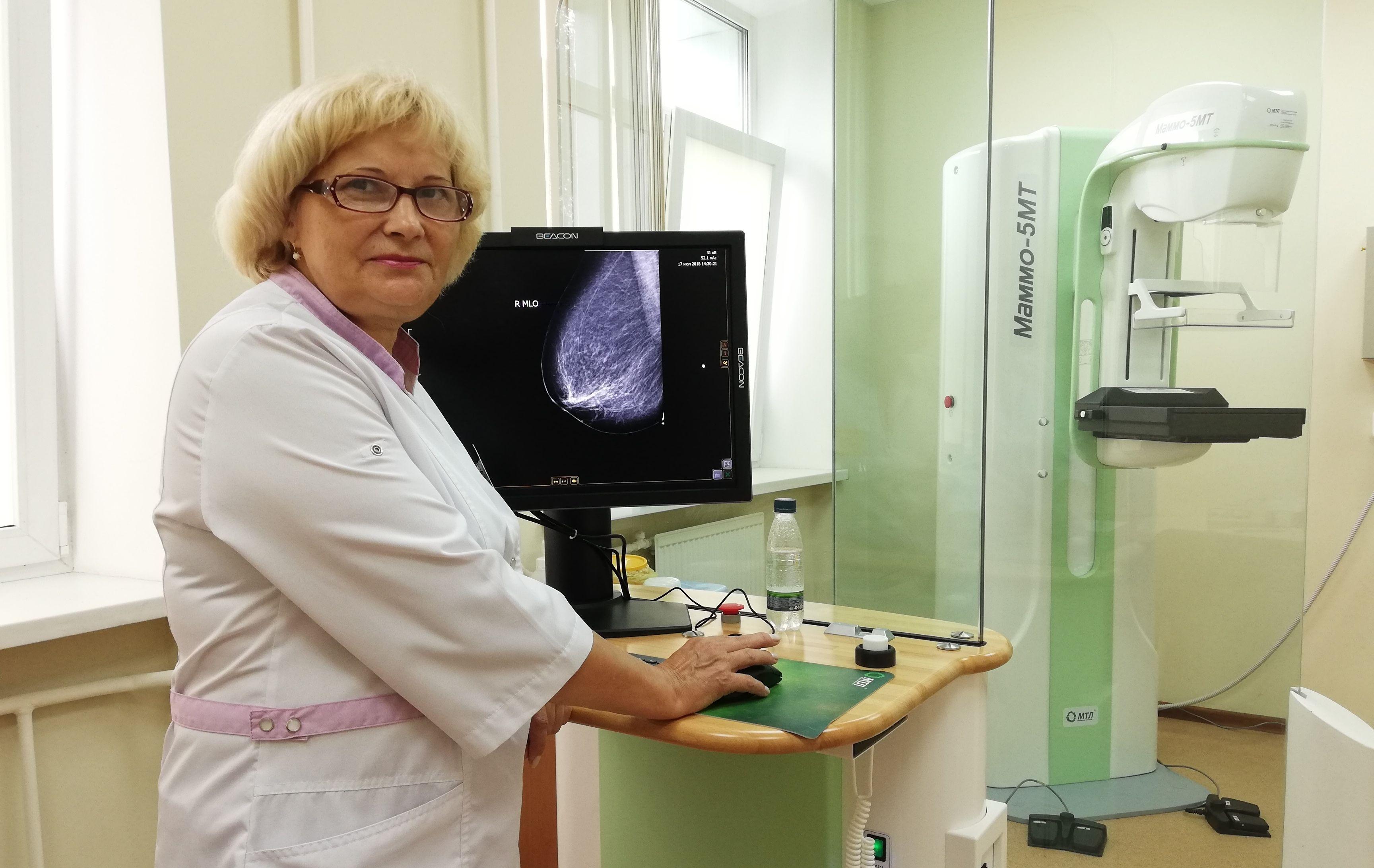 врач-диагност смотрит рентген-снимок молочной железы