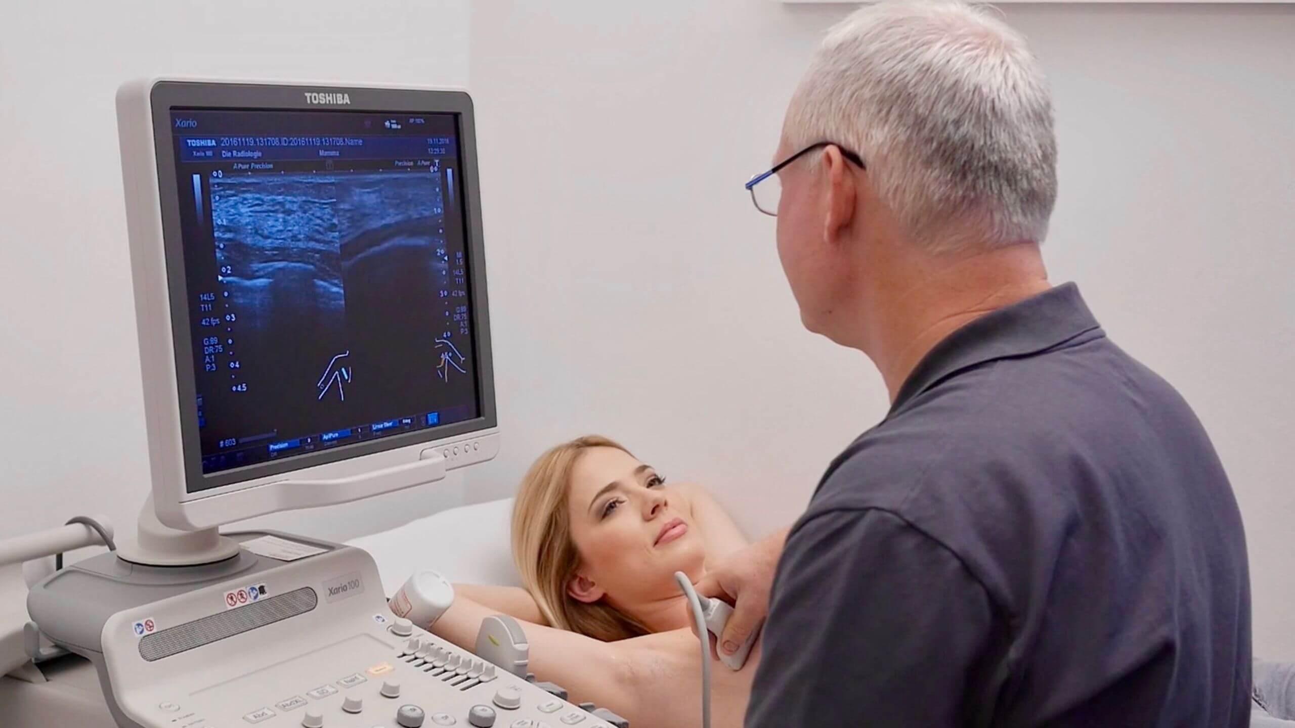 женщине делают узи молочной железы