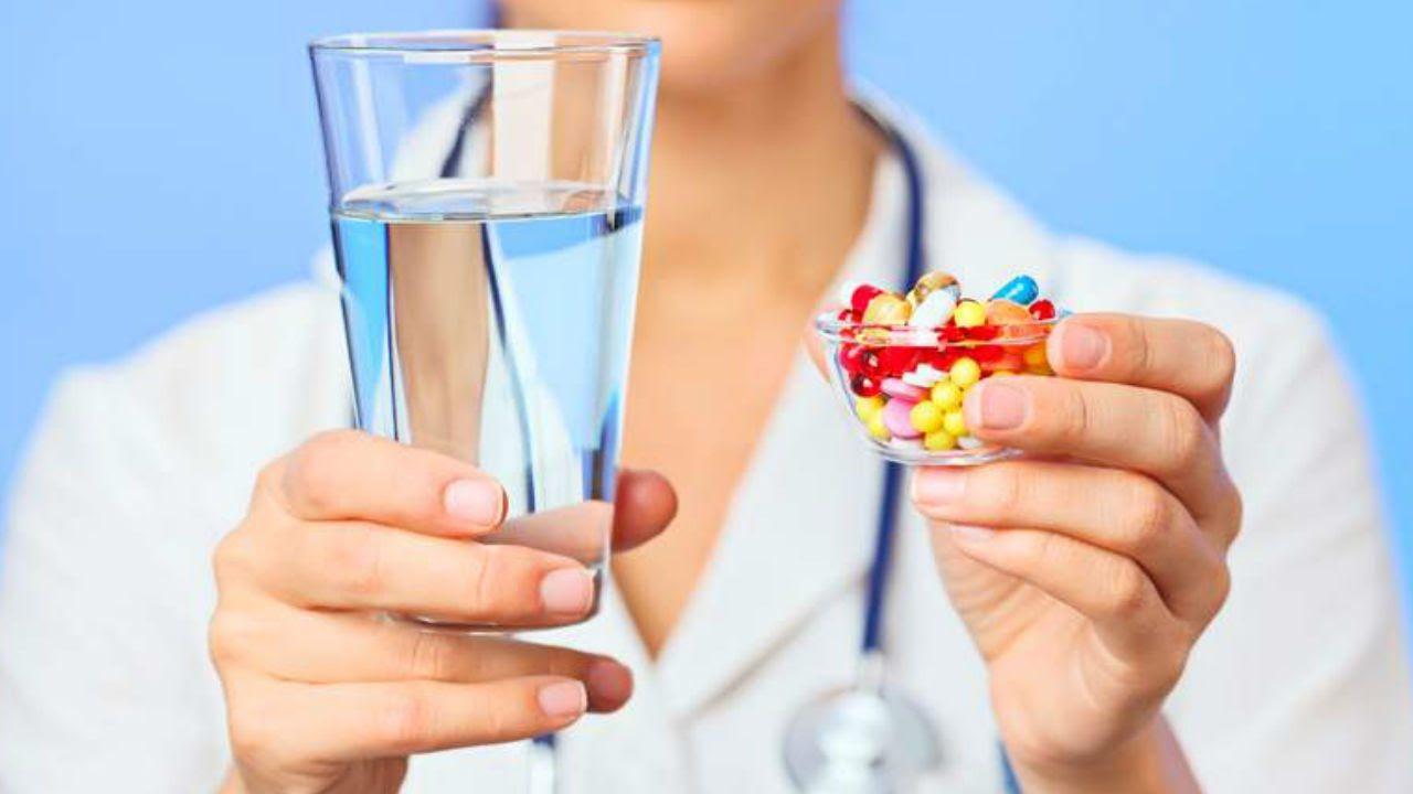 гормональные препараты при заболевании молочной железы у врача в руках