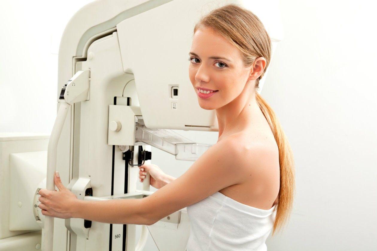женщина делает маммографию
