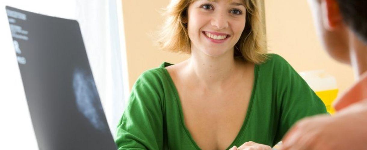 женщина на приеме у врача со снимком молочной железы