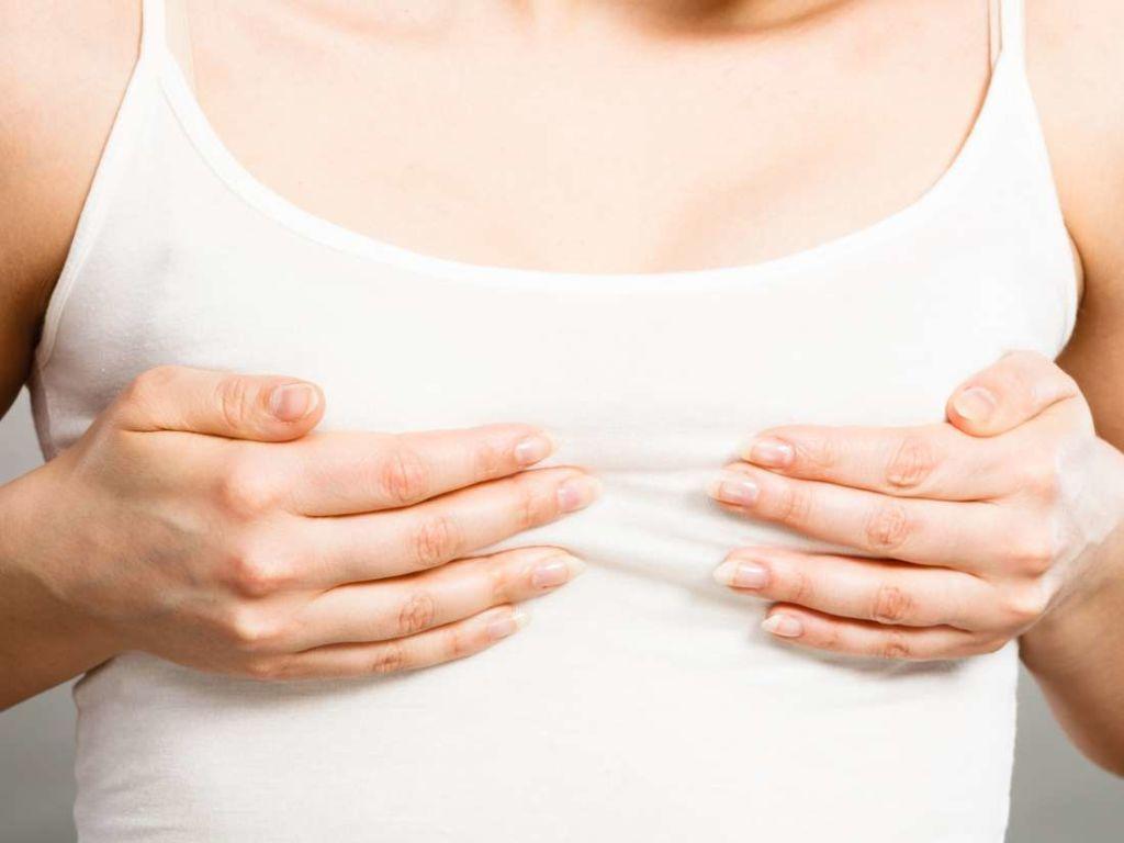 женщина держится за больную грудь