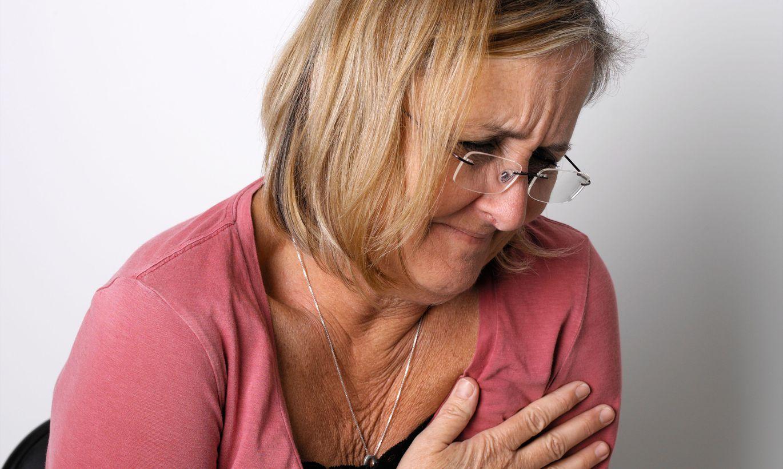 пожилая женщина мучается болью в молочной железе