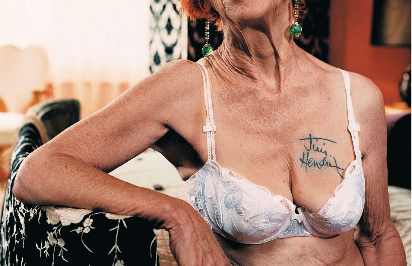 обвисшая женская грудь