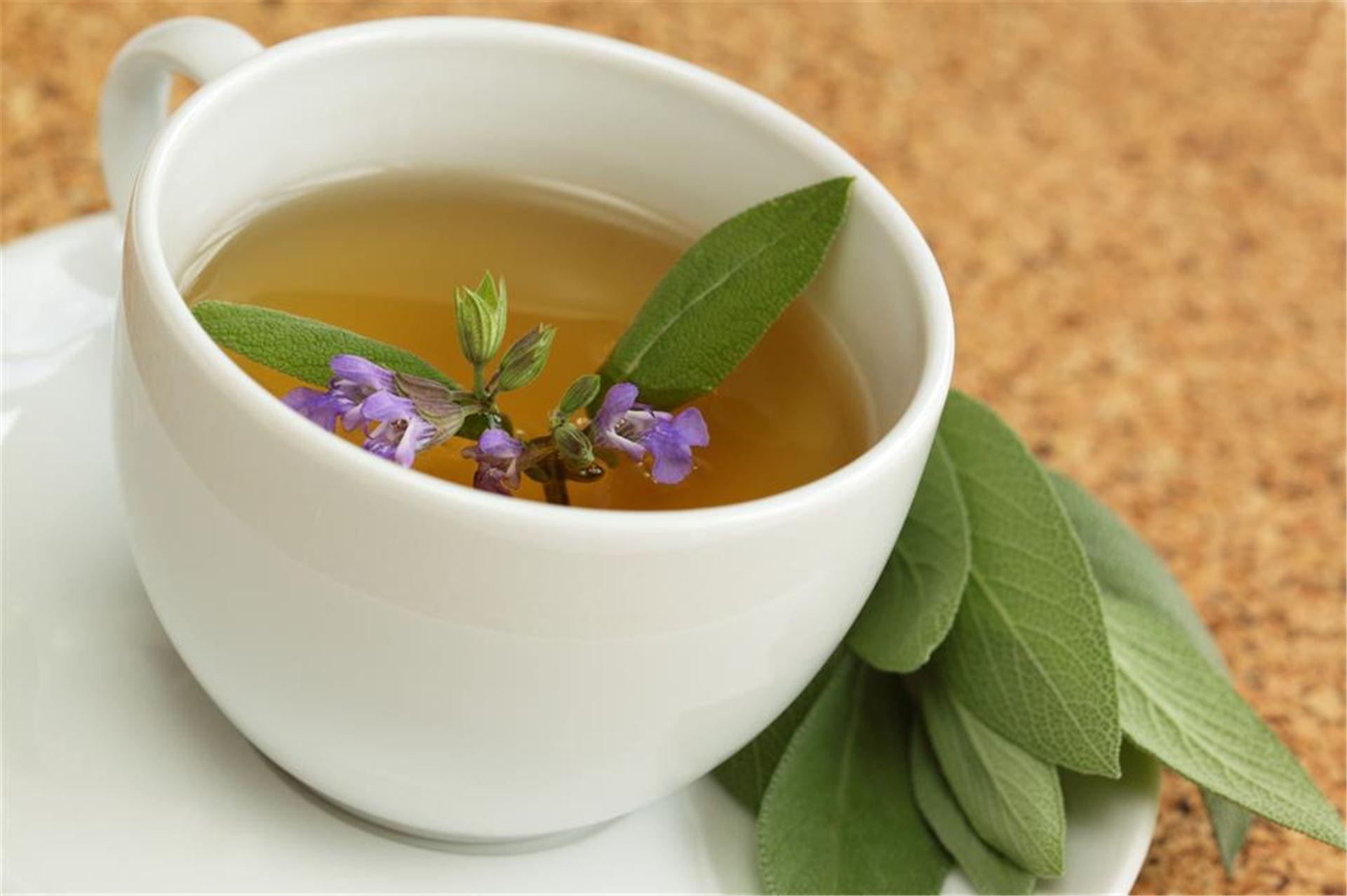 чай из шалфея в белой кружке