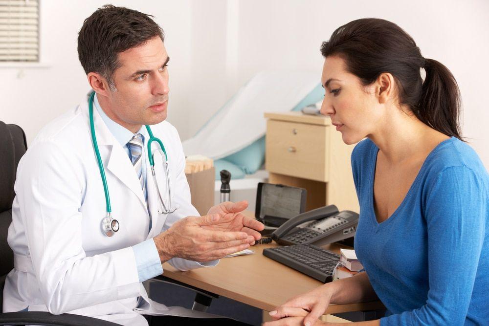 женщина слушает что говорит ей врач