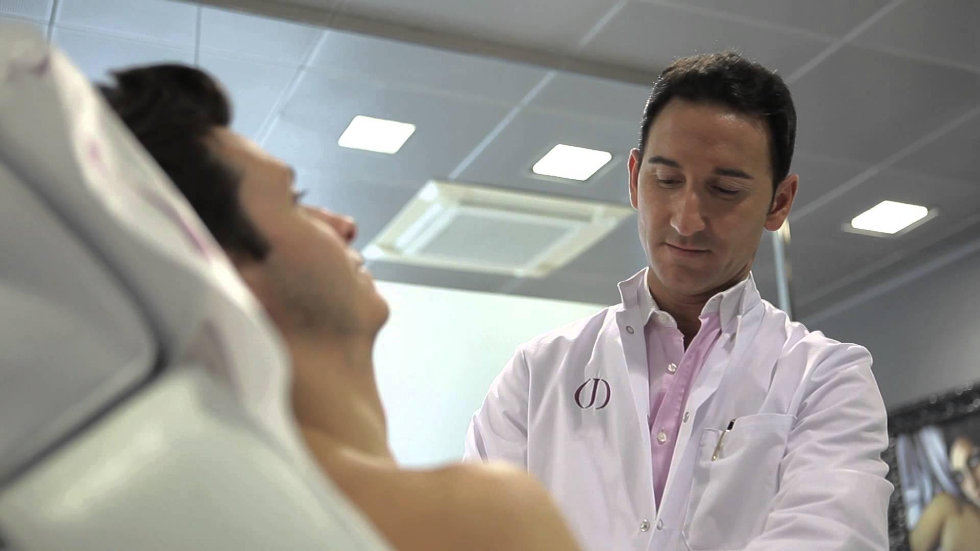 осмотр врачом мужчины с гинекомастией