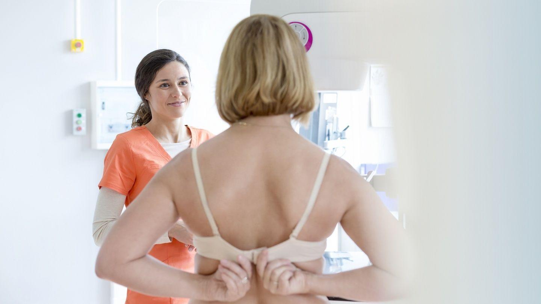 жещина раздевается для осмотра у маммолога