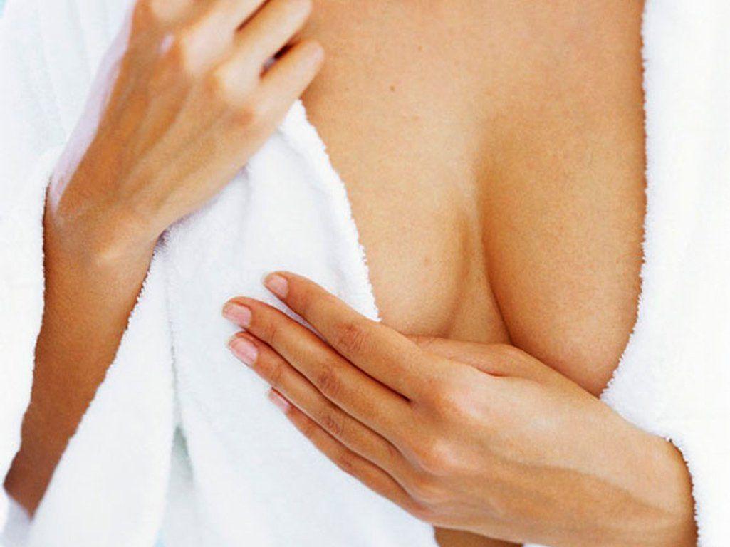 женщина в белом халате прикрывает грудь