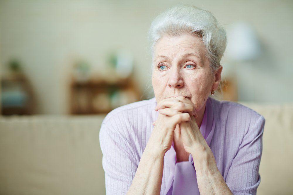 печальная пожилая женщина