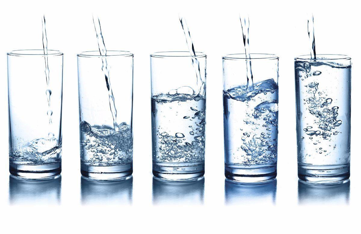 5 стаканов с разным уровнем воды