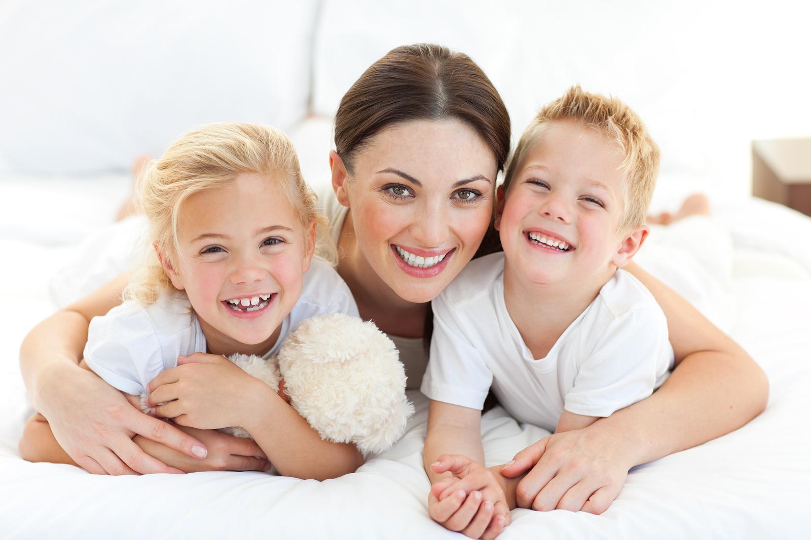мама обнимает сына и дочку