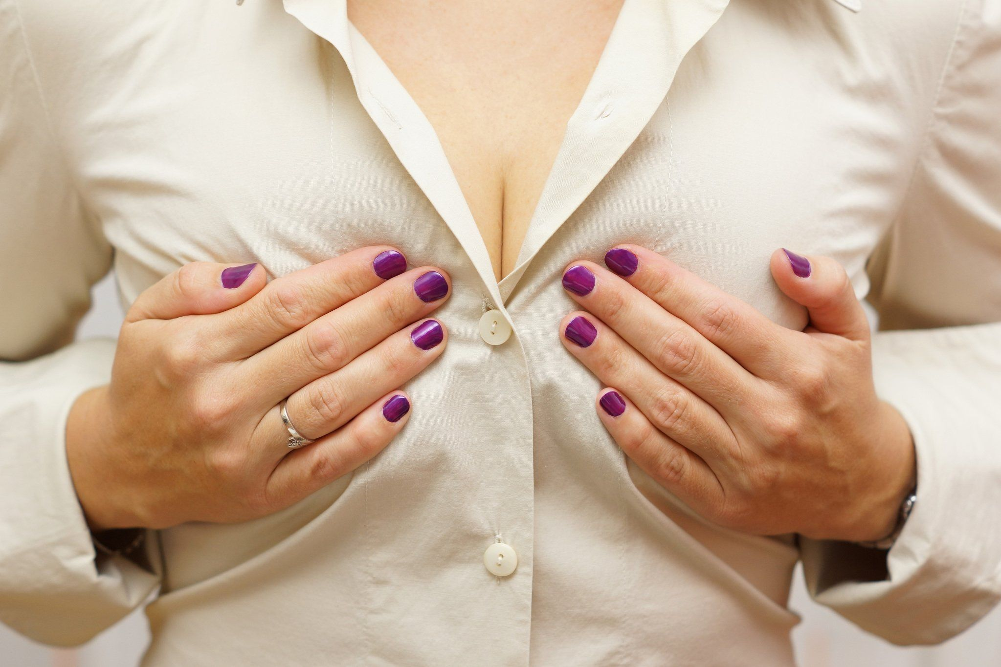 Девушка держатся за грудь, неопытная девка секс онлайн