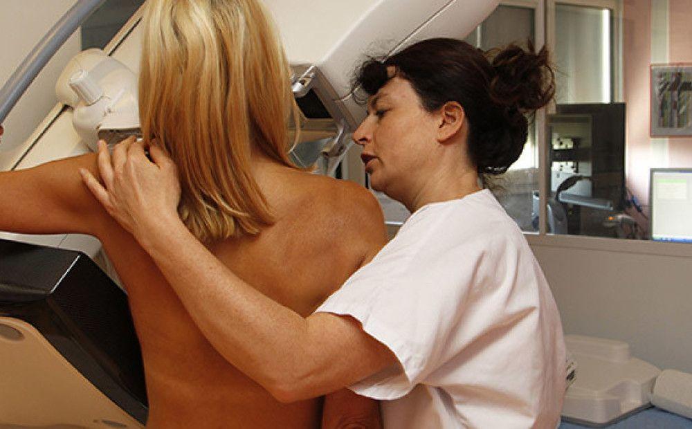 процесс проведения маммографии лаборант и пациентка