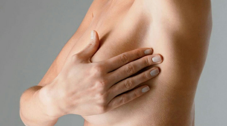 девушка ощупывает грудь и подмышечные лимфоузлы