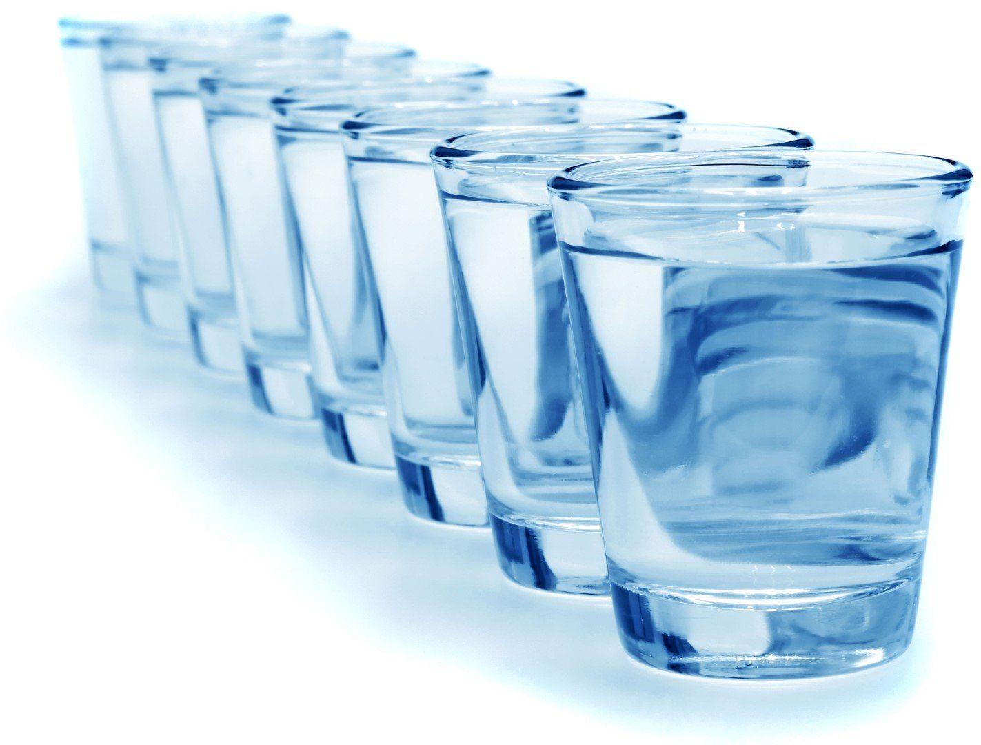 8 стаканов с питьевой водой