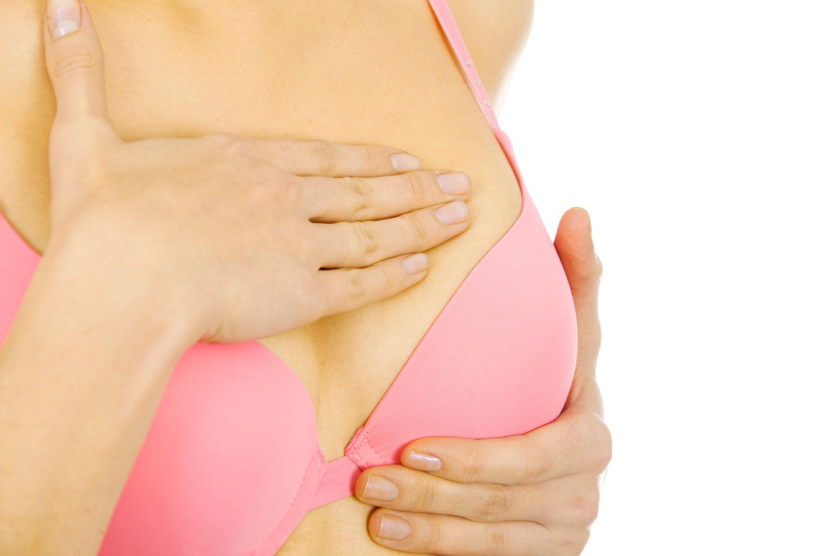 женщина в розовом правильном хлопковом белье при мастопатии