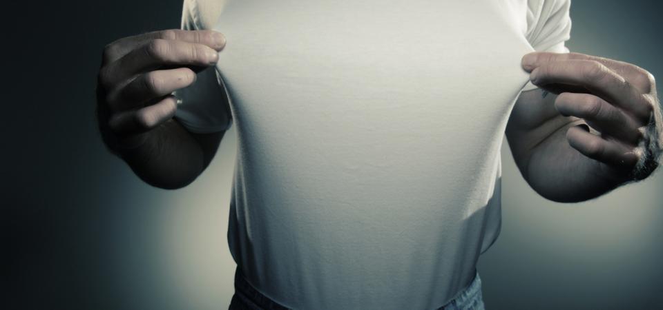 мужчина оттягивает футболку
