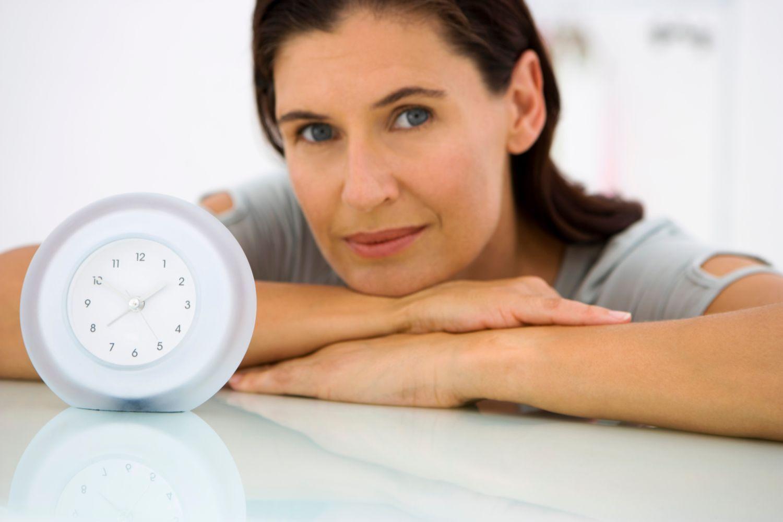 пожилая женщина и часы