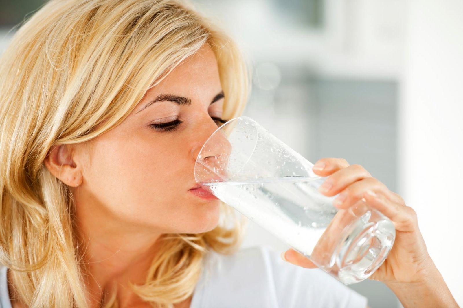 блондинка пьет воду