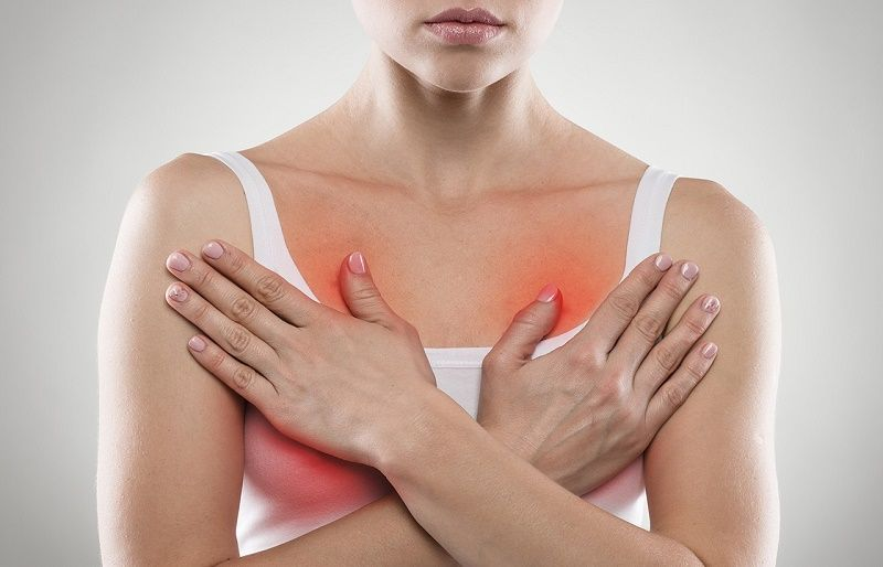 женщина держится за грудь
