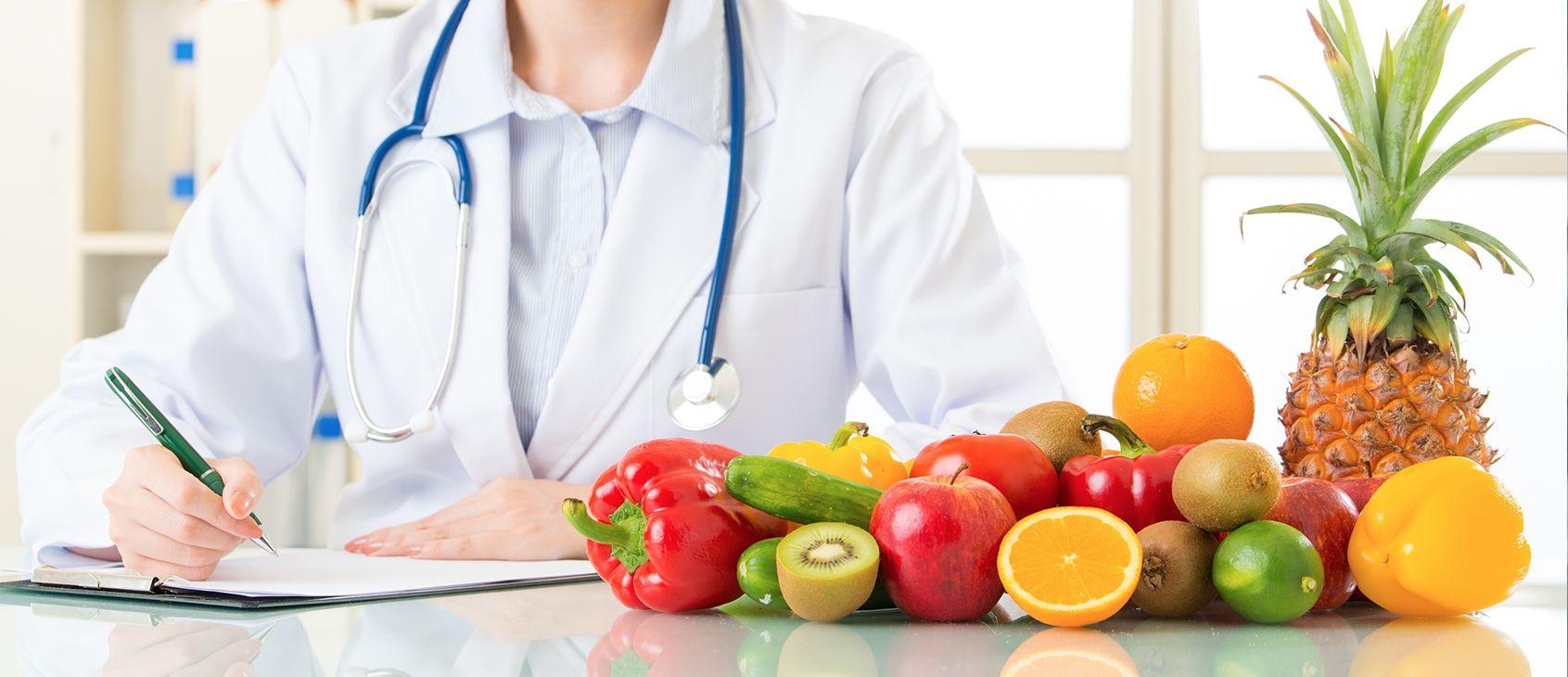 врач и фрукты