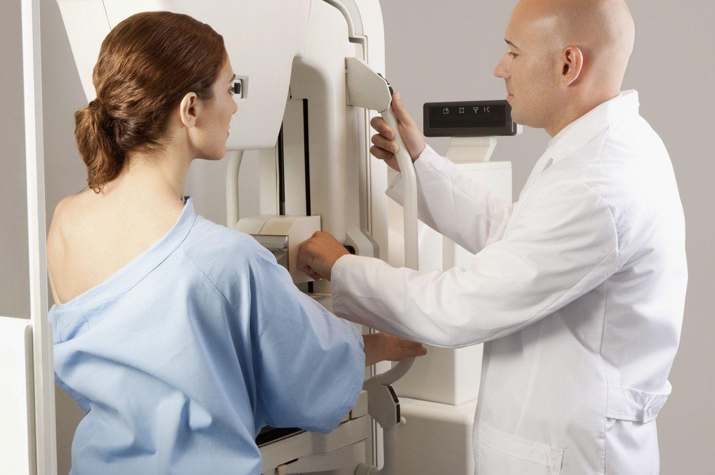 женщина с врачом у маммографа