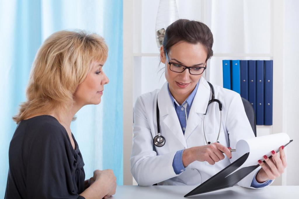врач объясняет женщине