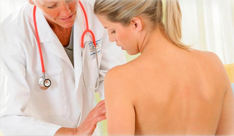врач осматривает женскую грудь