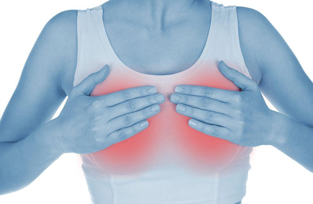руки на красной груди