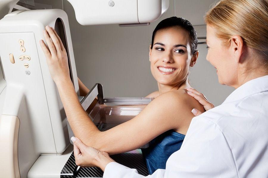врач сканирует грудь у женщины