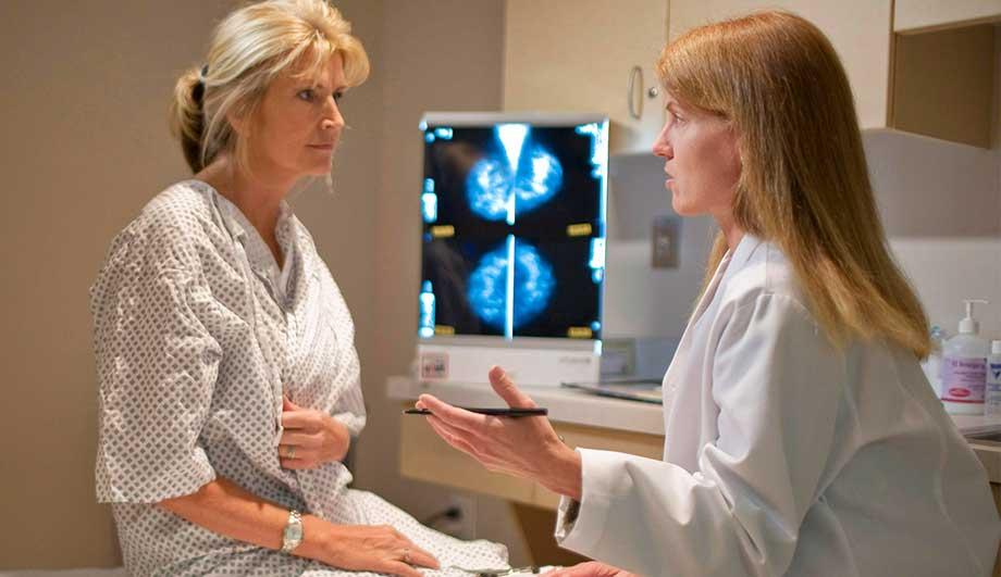 маммолог консультирует женщину
