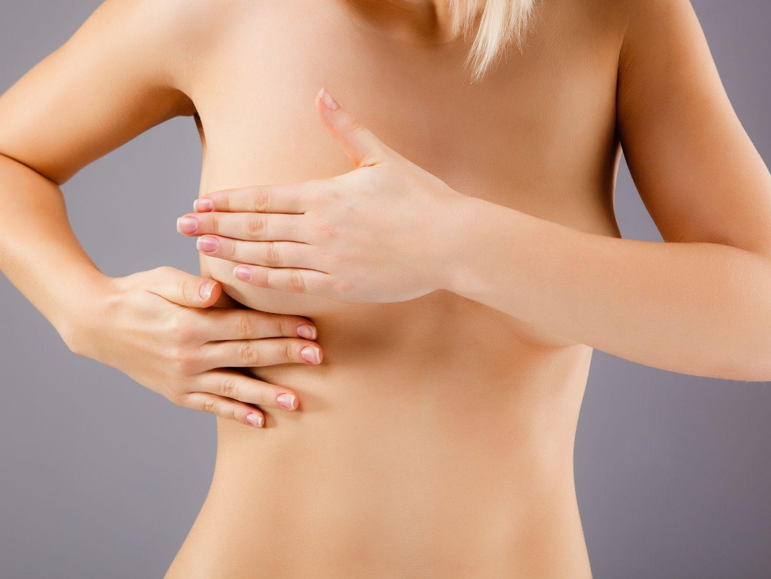 девушка проводит самостоятельный осмотр груди