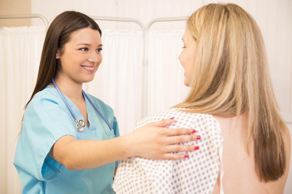 врач поддерживает пациентку