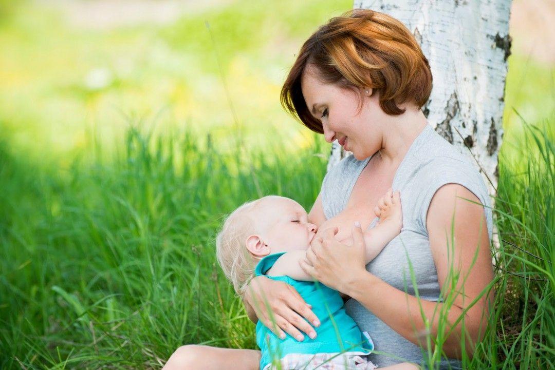 мама с ребенком на зеленой лужайке