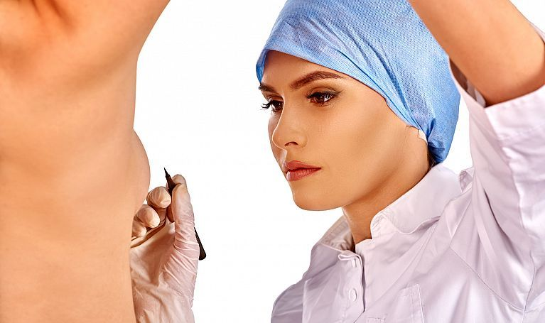 хирург рисует