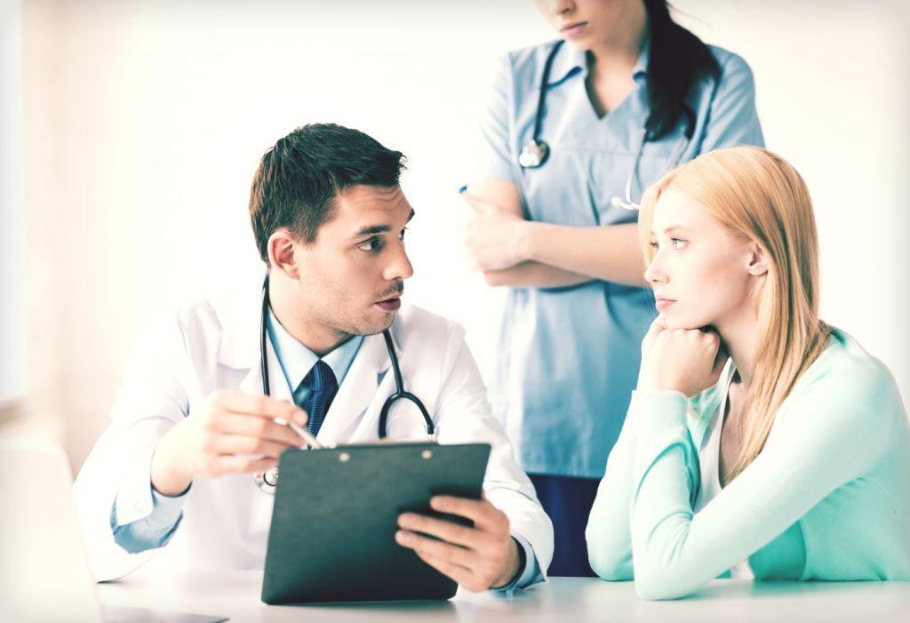 женщина слушает что говорит врач рядом стоит медсестра