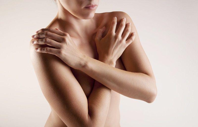 руки накрест на груди