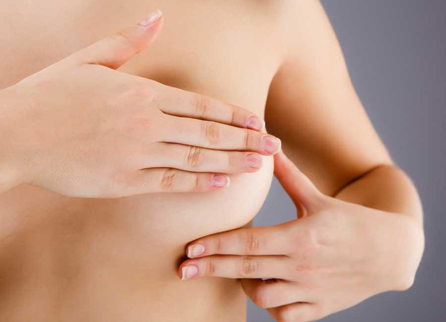 рука на молочной железы